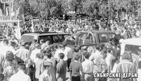 Вокруг джипов сразу же собралась толпа